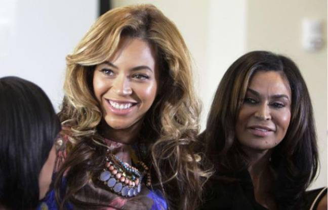 Beyonce Knowles, (avec Tina Knowles à sa droite) le 3 octobre 2011 à Houston, au Texas