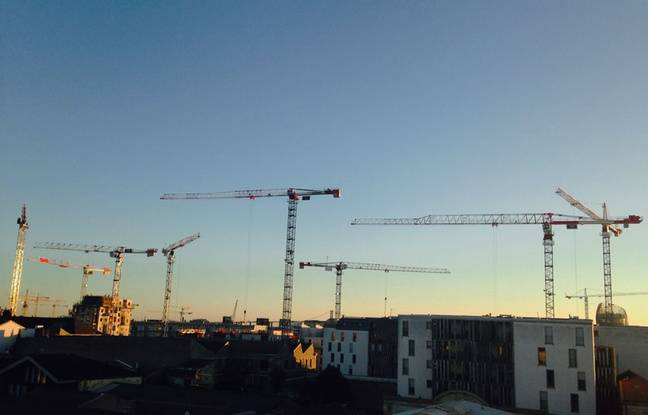 Grues de chantier au quartier des Bassins à Flot à Bordeaux, en octobre 2015
