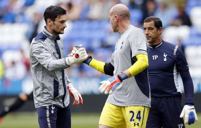 Hugo Lloris encourage Brad Friedel avant le match de Tottenham à Reading, le 16 septembre 2012 en Angleterre.