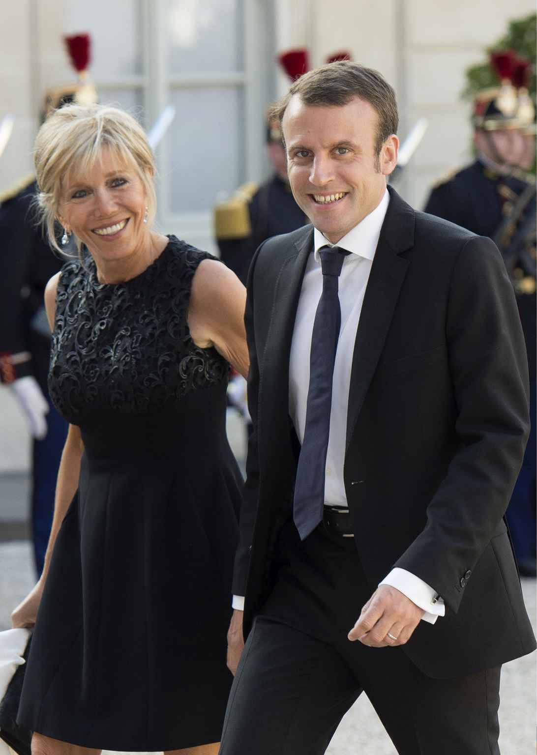 la femme d 39 emmanuel macron fait sa premi re apparition officielle avec son mari. Black Bedroom Furniture Sets. Home Design Ideas