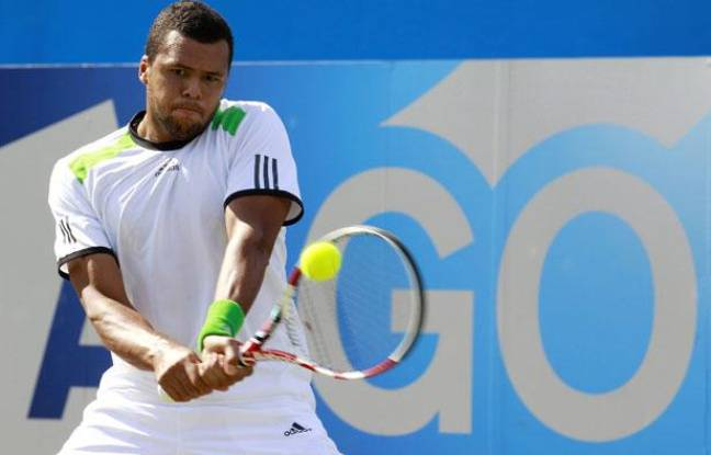 Jo-Wilfried Tsonga, lors de sa demi-finale du Queen's contre James Ward, le 11 juin 2011, à Londres.