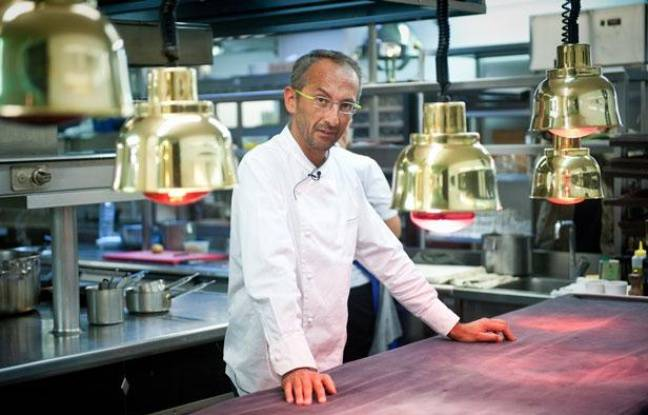 Le chef Michel Portos, dans la cuisine de son restaurant Le Saint-James, à Bouliac
