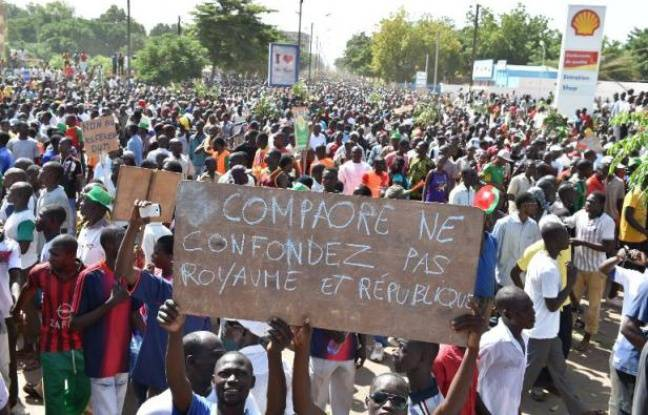 http://img.20mn.fr/92mQ6KU9Qm-0hfPnk4vwUw/648x415_manifestants-soutenant-parti-opposition-burkina-faso-protestent-contre-projet-revision-constitutionnelle-permettant-maintient