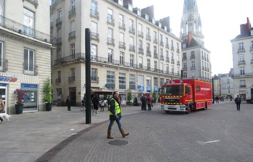 nantes un restaurant du centre ville ravag par un incendie 60 pompiers mobilis s. Black Bedroom Furniture Sets. Home Design Ideas