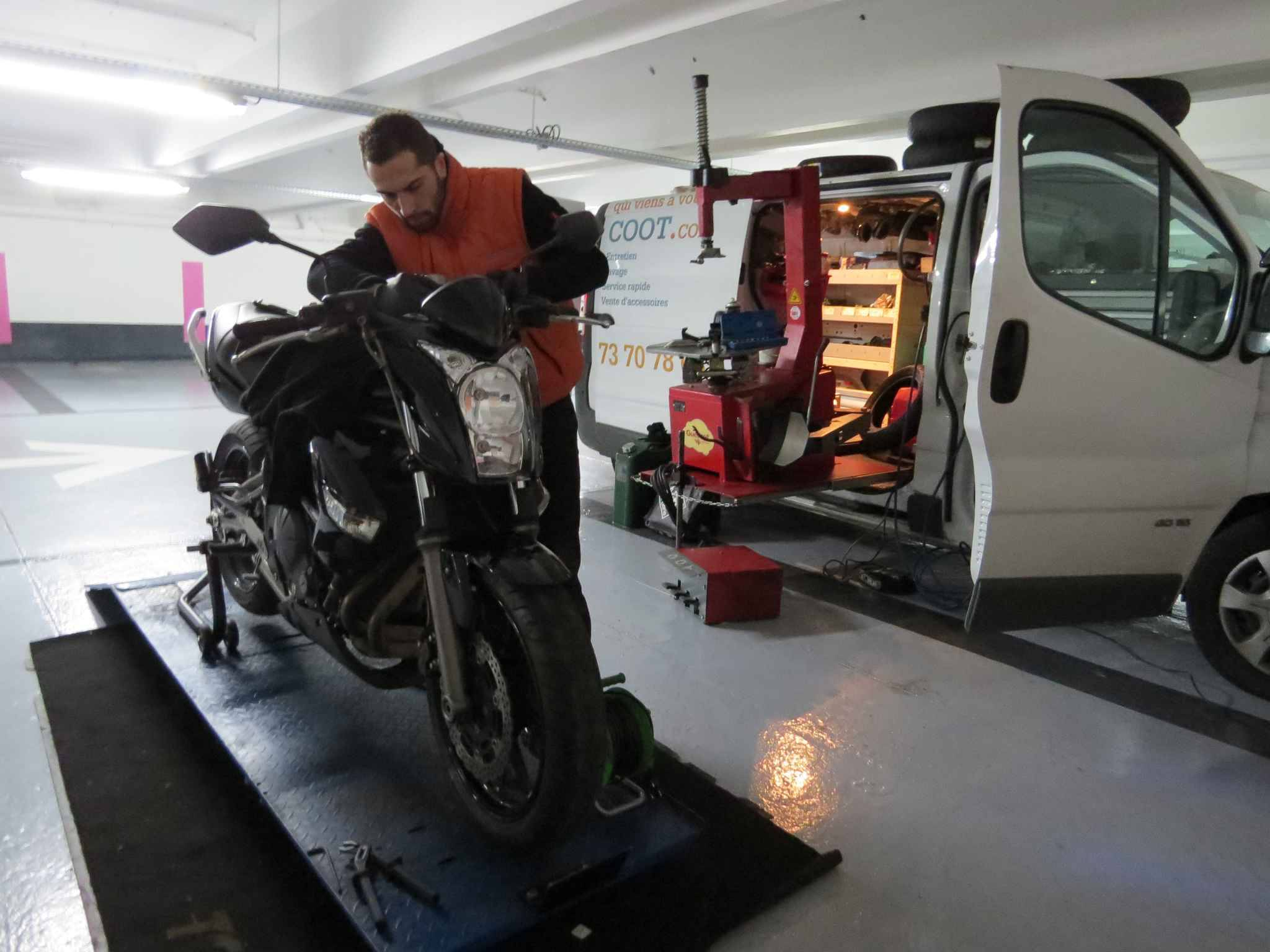 Paris izyscoot le garage pour scooters et motos qui for Garage reparation moto