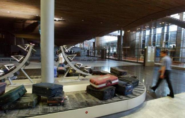 Dummy luggage d & # XE9; spin on a treadmill, on 10 June 2003, the E2 terminal of a & # XE9; airport of Roissy-Charles de Gaulle, at the pr & # XE9; presentation of the new terminal.