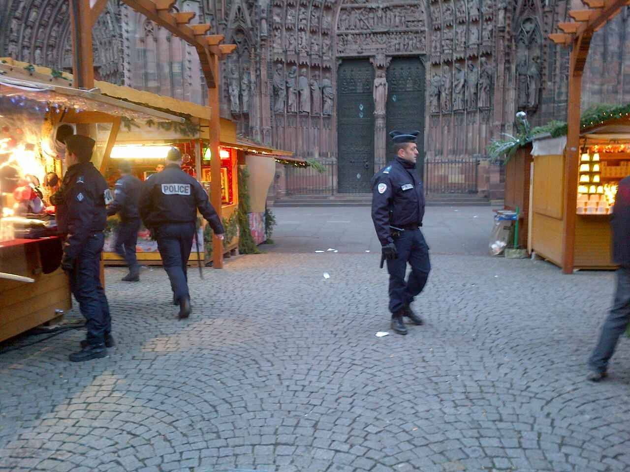 strasbourg un colis suspect devant la cath drale le march de no l vacu. Black Bedroom Furniture Sets. Home Design Ideas