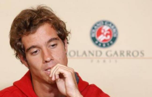 Richard Gasquet of France holds a news conference after he withdrew from the French Open tennis tournament at Roland Garros in Paris May 26, 2008.  REUTERS/Benoit Tessier     (FRANCE)