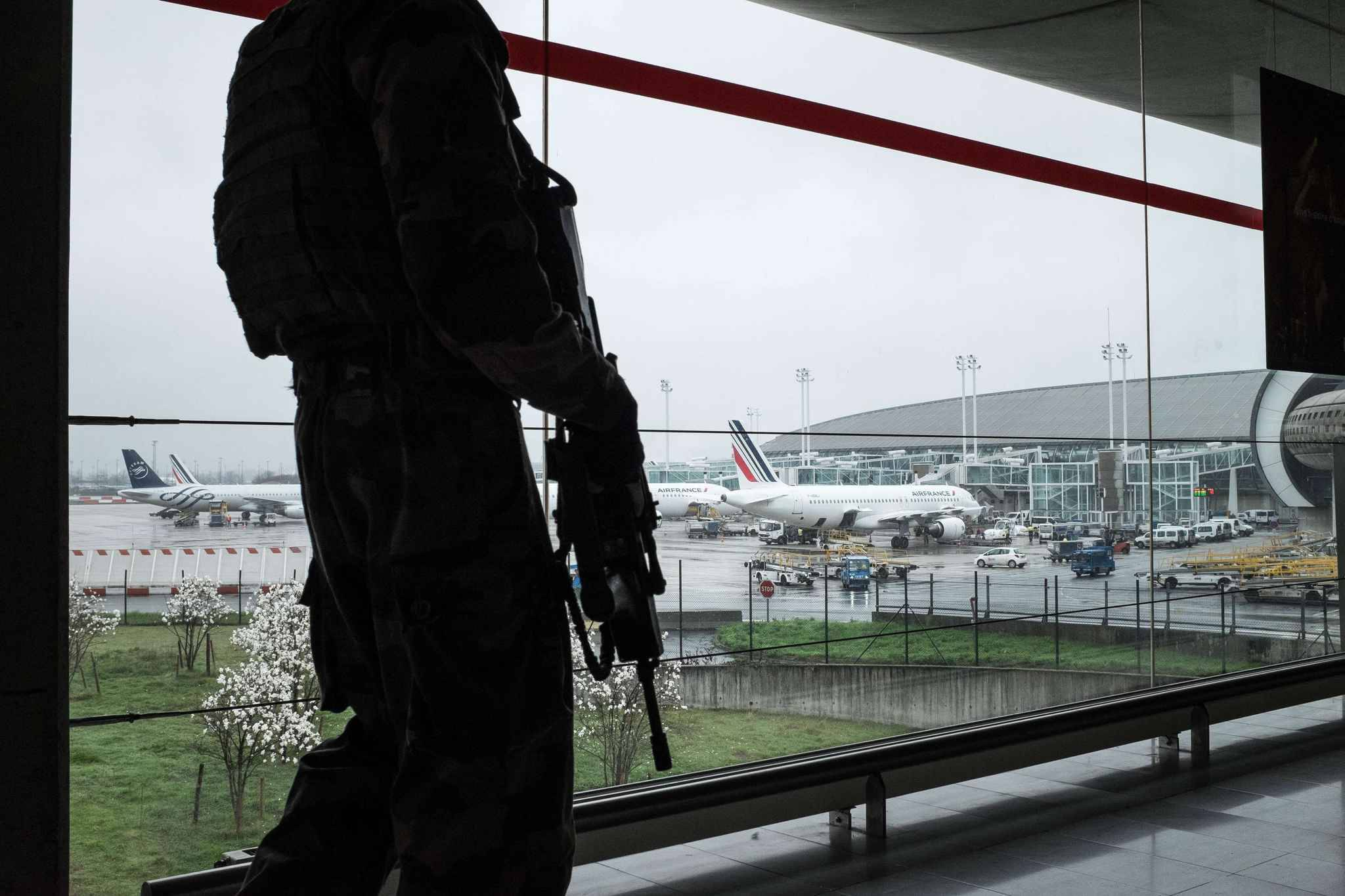 Le père de l'assaillant d'Orly nie toute intention terroriste — France