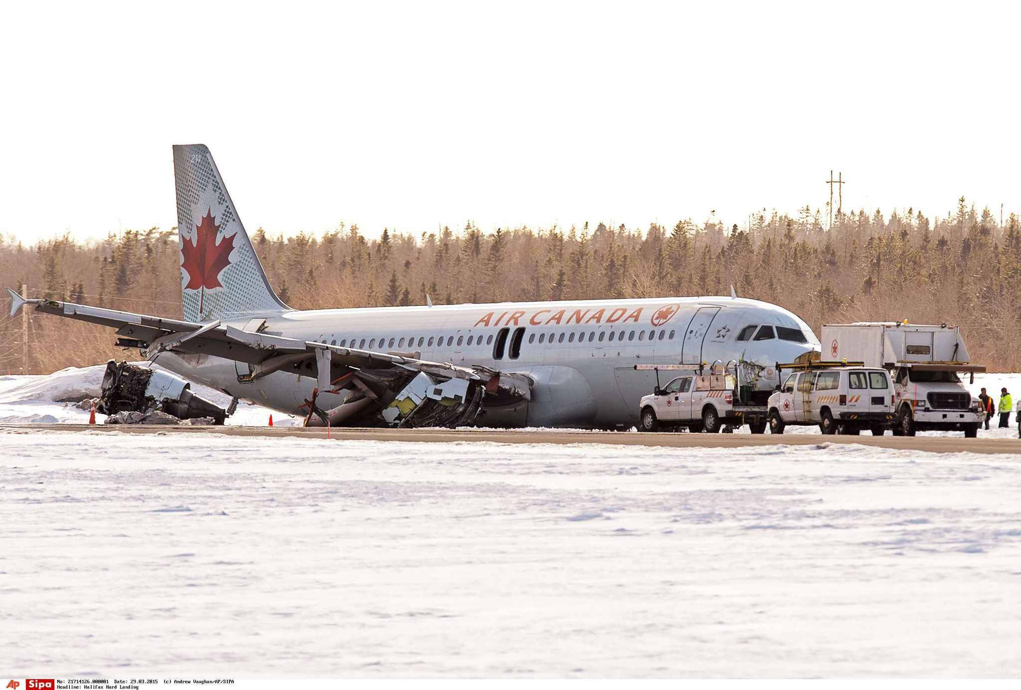 Un avion air canada rate son atterrissage l 39 a roport d for Interieur avion air canada