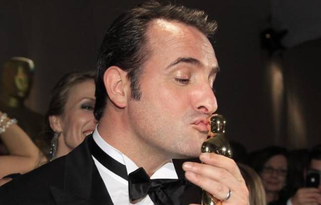 Jean Dujardin et son Oscar, le 26 février 2012, à Hollywood (Californie).
