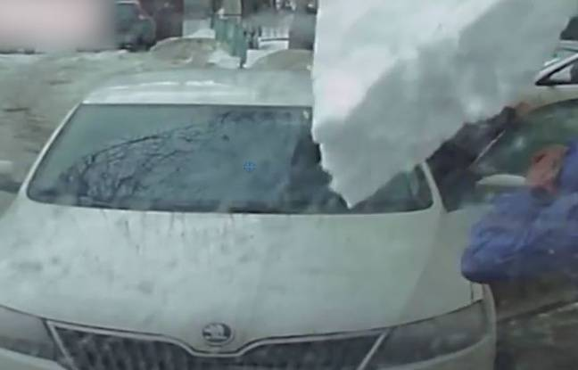 VIDEO. Une plaque de glace tombe violemment sur cet automobiliste
