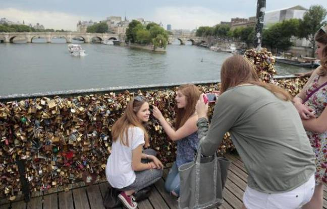 http://www.20minutes.fr/paris/1618831-20150529-video-paris-cadenas-pont-arts-retires-definitivement-1er-juin