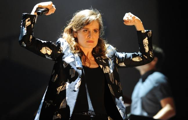 Christine and the Queens au festival des Vieilles Charrues, à Carheix, le 17 juillet 2015.