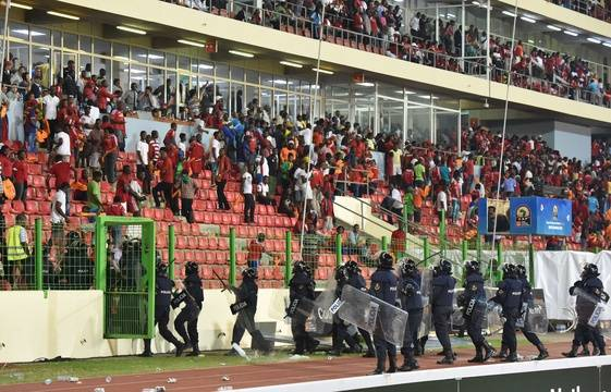 http://img.20mn.fr/ha6XLbGsSrWSviJPtk6Erg/561x360_policemen-evacuate-a-tribune-during-the-2015-african-cup-of-nations-semi-final-football-match