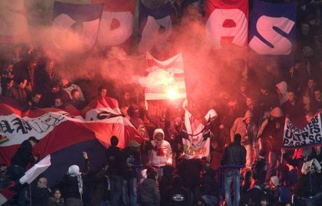 Des supporters parisiens avant le match PSG-Strasbourg, le 2 avril 2008 à Paris.