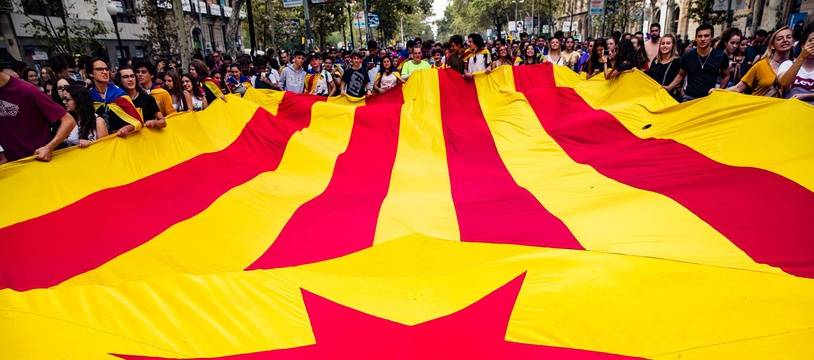 """BARCELONA, SPAIN - OCTOBER 3: Big Catalan independence flag """"estelada"""" during the protests and demonstrations in Barcelona during the general strike to condemn the Spanish Guardia Civil police violence to stop the Referendum of 1st of October, in Barcelona on October 3 of 2017. Cordon Press//CORDON_CORDON011803/Credit:Xavier Bonilla / Cordon P/SIPA/1710031451"""