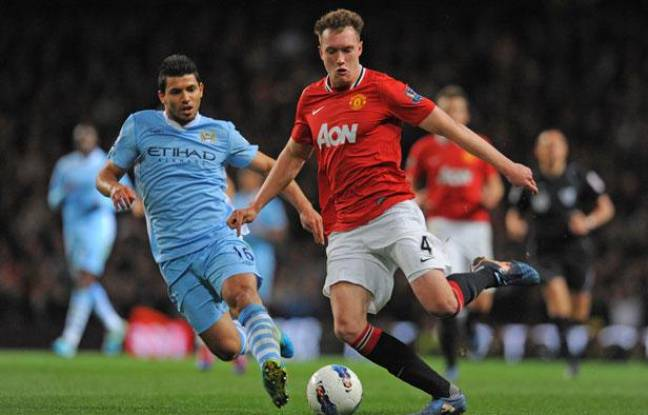 Le défenseur de Manchester United Phil Jones contre l'attaquant de City Sergio Aguero lors du derby mancunien le 30 avril 2012.
