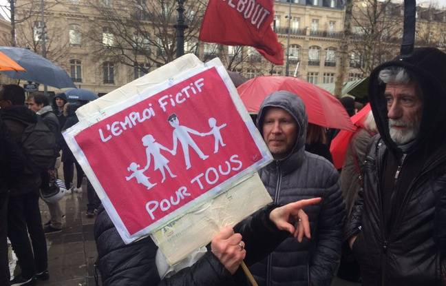 Pancarte contre la corruption place de la République à Paris, le 5 mars 2017.