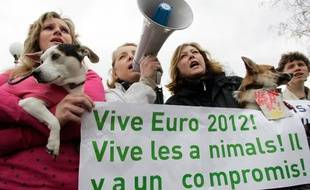 Manifestations en Ukraine contre l'abattage des chiens errants.