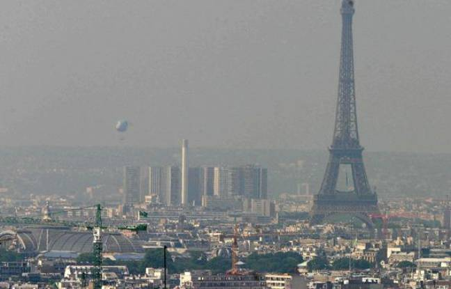 Paris victime de pollution à l'ozone, le 16 juin 2003.