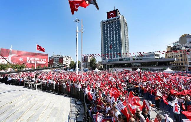 People gather at Taksim Square to attend the Democracy Meeting in Istanbul, Turkey on July 24, 2016.//SELCUKBULENT_1219.0757/Credit:SELCUK BULENT/SIPA/1607241812