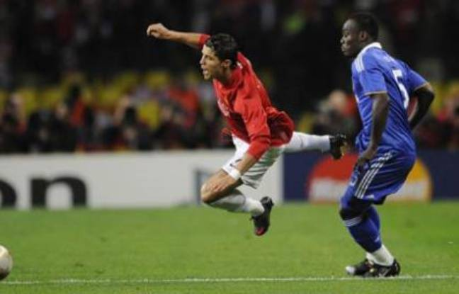 Manchester United's Cristiano Ronaldo (L) is fouled by Chelsea's Michael Essien during their UEFA Champions League final soccer match at the Luzhniki stadium in Moscow May 21, 2008. (RUSSIA) REUTERS/Dylan Martinez (RUSSIA)