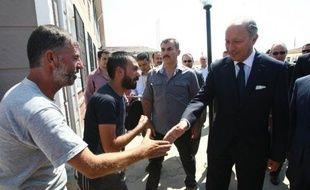 La France estime que des discussions doivent être menées avec la Russie pour étrangler financièrement le régime syrien de Bachar al-Assad, a dit lundi le chef de la diplomatie française, Laurent Fabius.