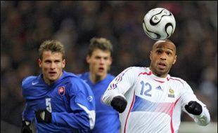 Raymond Domenech, qui voulait faire du match contre la Slovaquie le vrai départ de la campagne pour la Coupe du monde, a hérité mercredi au stade de France de sa première défaite (1-2) en tant que sélectionneur de l'équipe de France de football au terme d'un match où le réalisme fut slovaque.