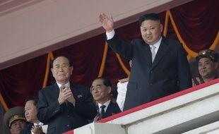 Le chef de l'Etat nord-coréen Kim Yong-nam (à g.) et le dirigeant Kim Jong-un à Pyongyang, le 15 avril 2017. Ni l'un ni l'autre n'ont le titre de président de la Corée du Nord.