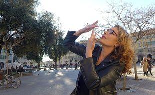Salima Zerdoum, comédienne sourde, interprète le refrain de Nissa la bella.