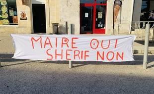 Une banderole affichée par les parents d'élèves à Laruscade en Gironde.