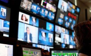 Paris le 27 mars 2012. Regie de television de la chaine d'information en continu BFM TV. Illustration Ecran. Images direct plateau.