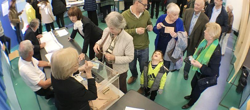 Au bureau de vote du collège Capron, à Cannes, le 27 novembre 2016