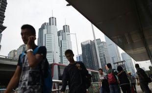 Des piétons dans le quartier d'affaires de Pékin, le 9 septembre 2015 en Chine