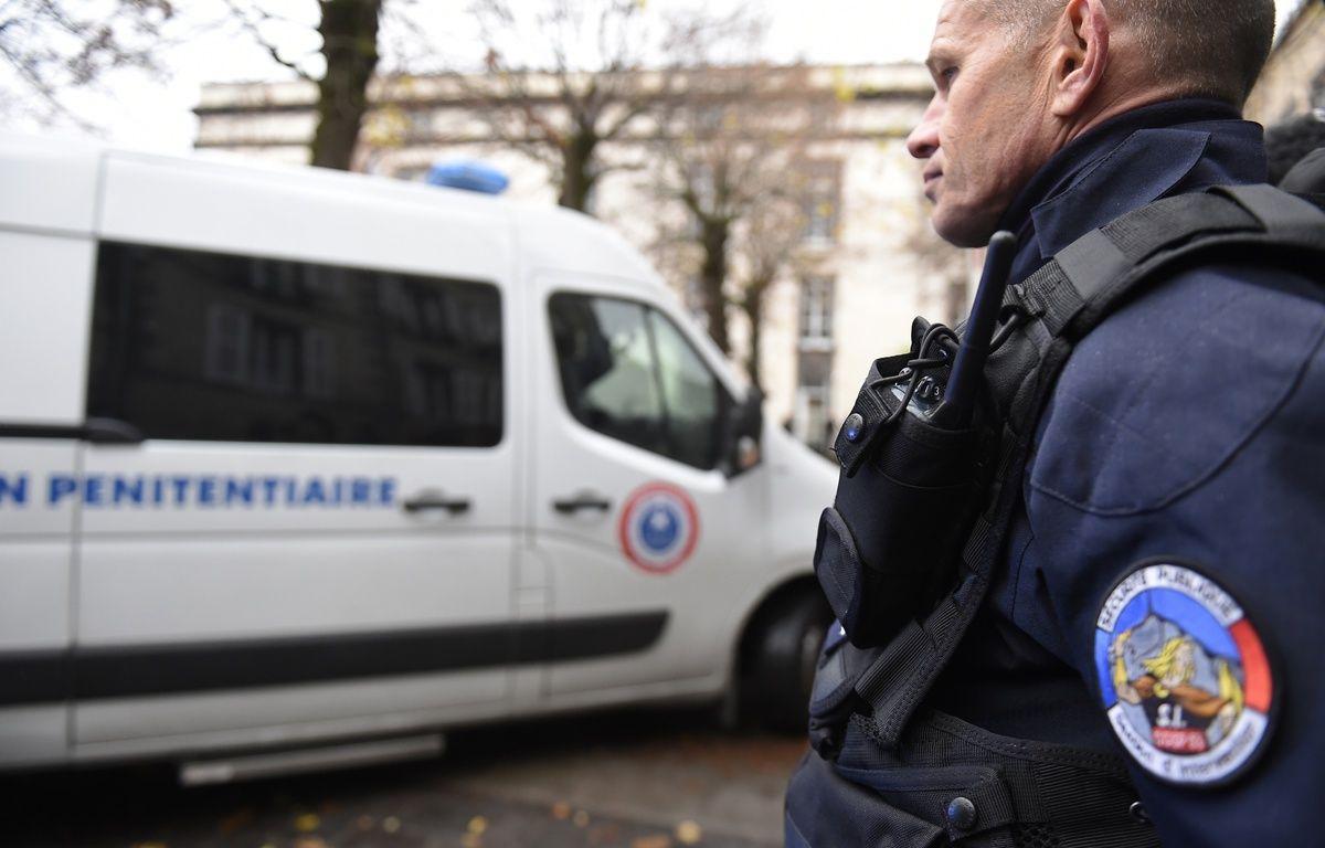 Un policier devant les assises de Riom dans le Puy-de-Dôme en novembre 2016 lors du procès des parents de la petite Fiona. – PHILIPPE DESMAZES / AFP
