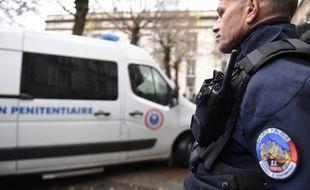 Un policier devant les assises de Riom dans le Puy-de-Dôme en novembre 2016 lors du procès des parents de la petite Fiona.