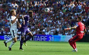 Benoît Costil, le gardien de Bordeaux, face à l'attaquant du TFC Aaron Leya Iseka poursuivi par le défenseur girondin Igor Lewczuk, le 19 août 2018 au Stadium de Toulouse.
