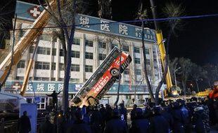 Un bus s'est enfoncé dans un trou qui s'est formé dans la route, à Xining en Chine, le 13