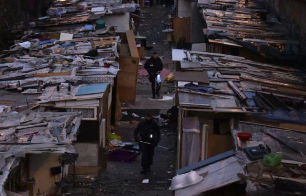 Des gendarmes lors de l'évacuation d'un campement de Roms le 3 février 2016 dans le nord de Paris – DOMINIQUE FAGET AFP