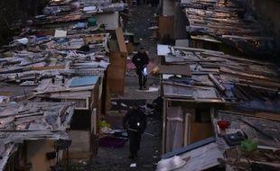 Des gendarmes lors de l'évacuation d'un campement de Roms le 3 février 2016 dans le nord de Paris