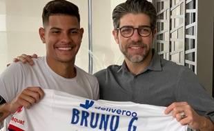 Bruno Guimaraes a posé ce mercredi aux côtés de Juninho, après une visite médicale concluante mercredi à Bogota (Colombie).