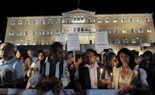 Maires et employés municipaux, instituteurs et médecins: plus de 2,000 Grecs ont manifesté mercredi à Athènes pour protester contre les nouvelles économies prévues dans leurs secteurs par un plan négocié avec l'UE et le FMI.