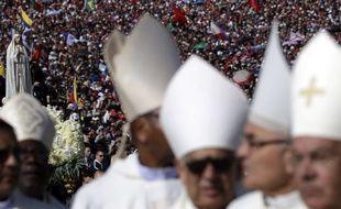 Francisco Marto et sa soeur Jacinta, deux petits bergers qui ont témoigné d'apparitions de la Vierge voici cent ans, ont été déclarés saints samedi par le pape François.