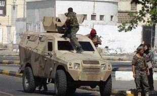 Des forces de sécurité yéménites en patrouille à Aden, le 8 décembre 2014