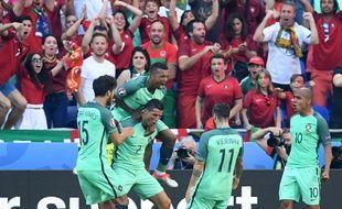 Les joueurs portugais entourent Cristiano Ronaldo suite à son doublé mercredi soir face à la Hongrie.