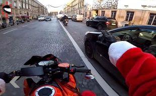 moto pere noel paris 2018 VIDEO. A Paris, le père Noël prend part à une course poursuite DINGUE moto pere noel paris 2018
