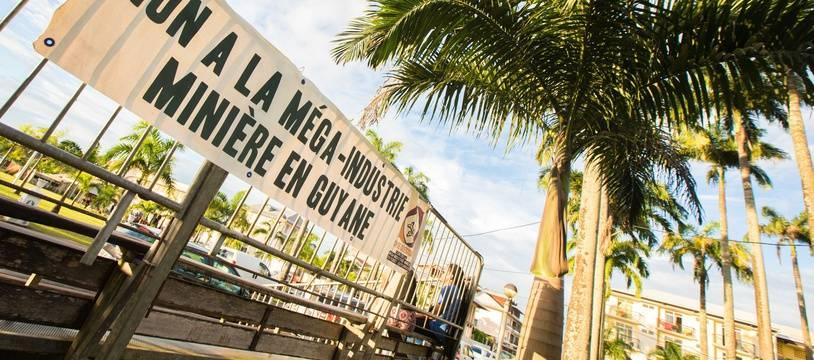 Une affiche déployée lors d'un rassemblement hostile au projet Montagne d'Or, le 16 juin 2018 à Cayenne.