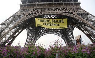 Greenpeace a déployé une banderole anti-FN sur la tour Eiffel ce 5 mai 2017.