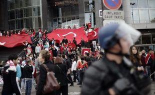 """La police est intervenue dimanche à coups de gaz lacrymogènes place de la Bastille à Paris pour mettre fin à des heurts entre partisans du Parti des travailleurs du Kurdistan (PKK) et des manifestants turcs réunis contre """"le terrorisme en Turquie"""""""